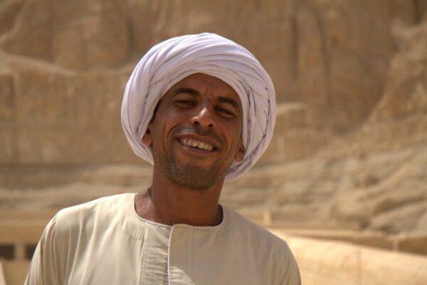 EGIPCIO EN EL TEMPLO DE HATSHEPSUT