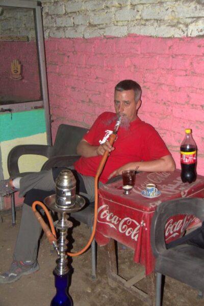 JORGE FUMANDO UNA CACHIMBA EN LUXOR