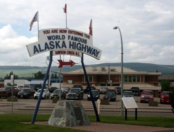 CARTEL DE INICIO DE LA ALASKA HIGHWAY. DAWSON CREEK. CANADÁ.