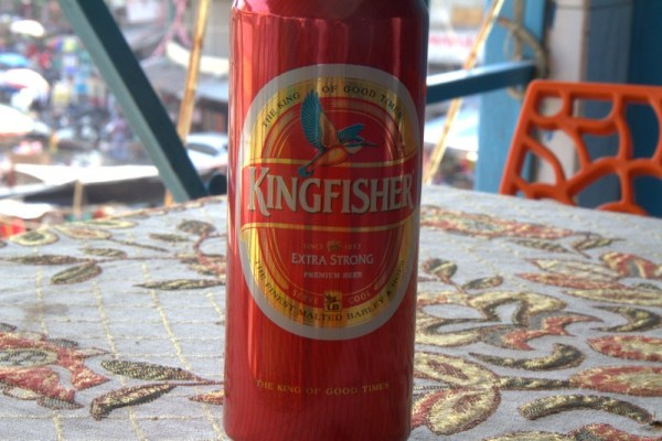 CERVEZA KINGFISHER EN EL RESTAURANTE KRISHNA CAFE EN DELHI