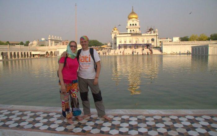BEATRIZ Y JORGE EN EL TEMPLO GURDWARA BANGLA SAHIB EN DELHI