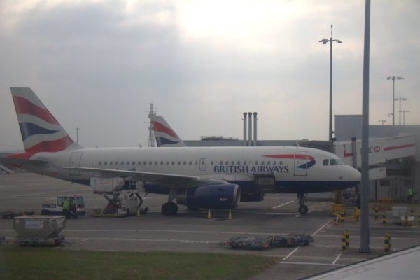 AVIÓN DE BRITISH AIRWAYS EN EL AEROPUERTO DE HEATHROW EN LONDRES