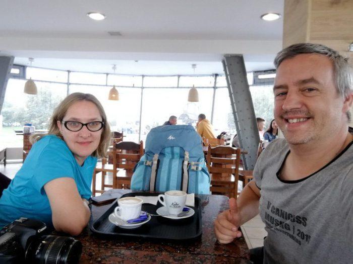 TOMANDO CAFÉ AL LADO DE LA ESTACIÓN DE TRENES DE LVIV