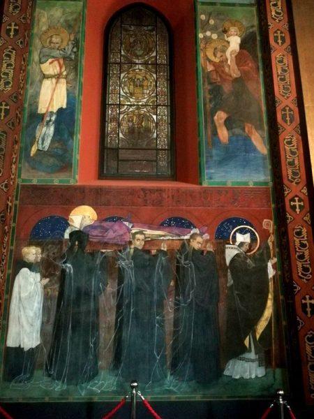 MURAL CON TRAZOS DE MONJES EN LA CATEDRAL ARMENIA
