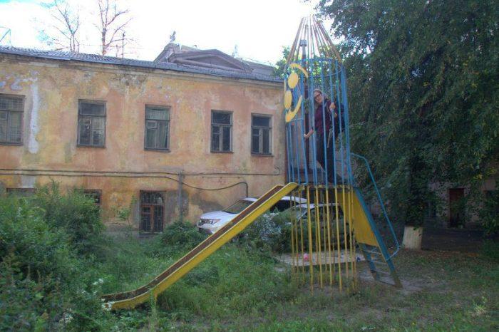PARQUE INFANTIL ABANDONADO JUNTO AL HOSTEL MUZEYNT EN KIEV