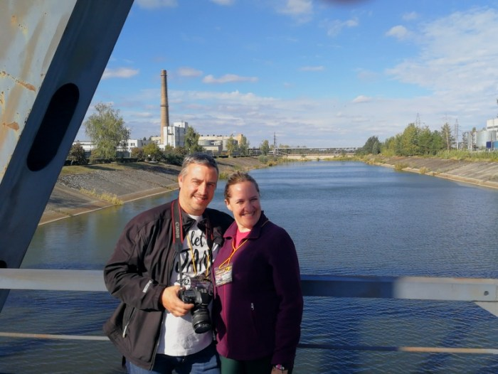 BEATRIZ Y JORGE EN EL PUENTE DE HIERRO JUNTO AL REACTOR 4 DE LA CENTRAL NUCLEAR DE CHERNOBYL