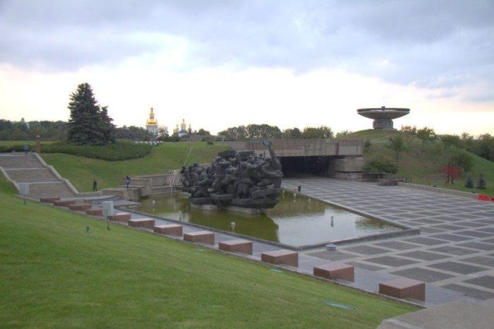 ESTATUA MEMORIAL JUNTO A LA ESTATUA DE LA MADRE PATRIA, KIEV