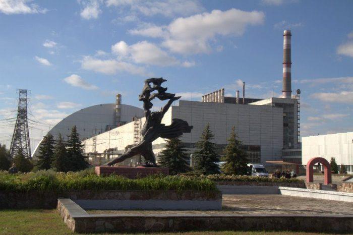 ESTATUA DE PROMETEO EN EL MEMORIAL DELANTE DEL REACTOR 4 DE LA CENTRAL NUCLEAR DE CHERNOBYL