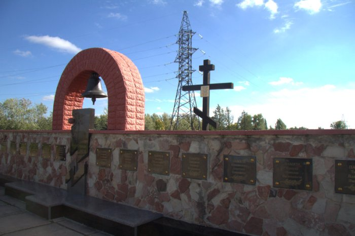 MEMORIAL DELANTE DEL REACTOR 4 DE LA CENTRAL NUCLEAR DE CHERNOBYL