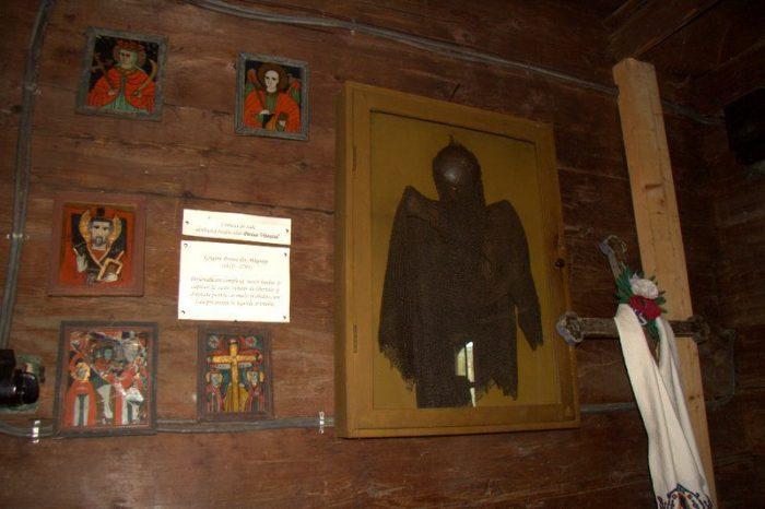 COTA DE MALLA DE PINTEA VINTEAZUL EN LA IGLESIA DE BUDESTI