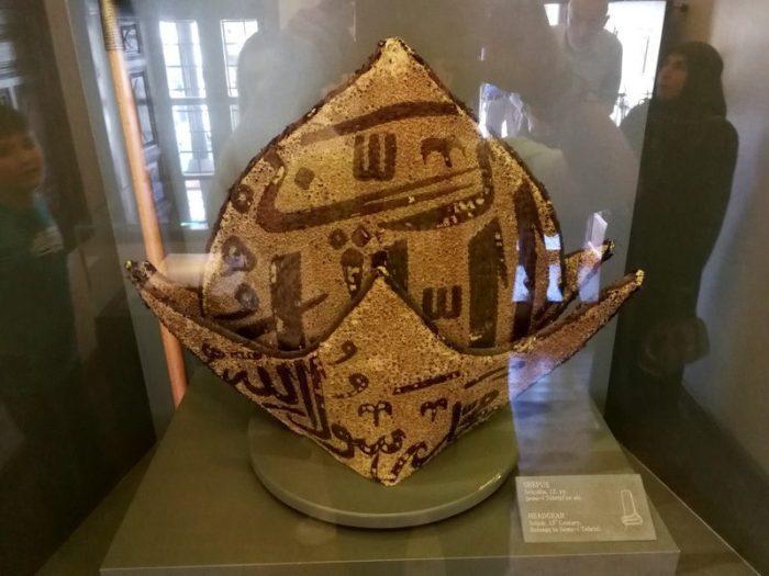 GORRO ANTIGUO DEL SIGLO XIV EN EL MUSEO DE LOS DERVICHES, KONYA