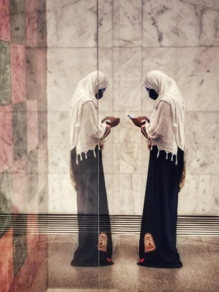 REFLEJO DE UNA CHICA EN EL MUSEO NMEC EN EL CAIRO