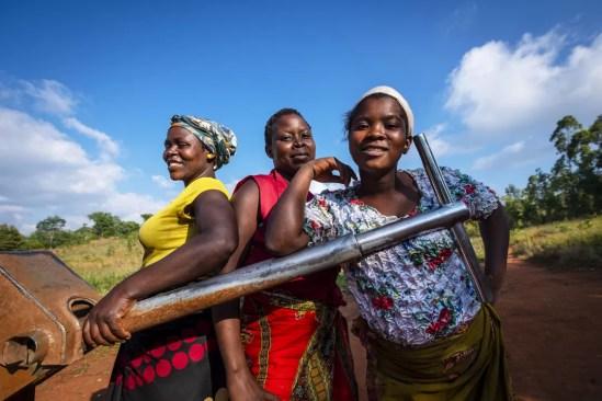Vrouwen bij waterput bij Fisherman's Rest Malawi