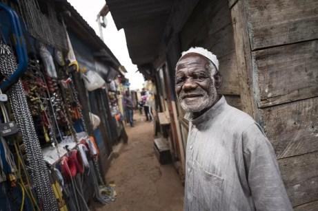Wat te doen in Malawi: oude man op de markt in Zomba
