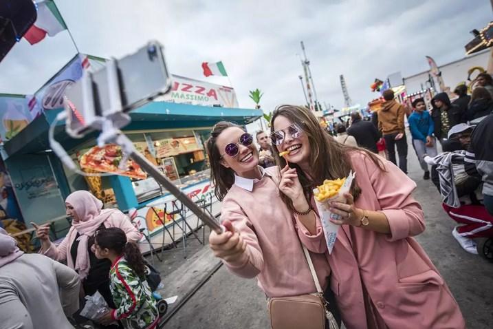 Twee knappe meisjes nemen een selfie op de Sinksenfoor in Borgerhout