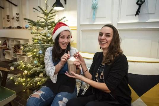 Twee meisjes drinken een chocomelk in Koffieklap Antwerpen