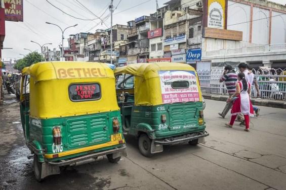 Twee Tuktuks op Chadni Chowk New Delhi