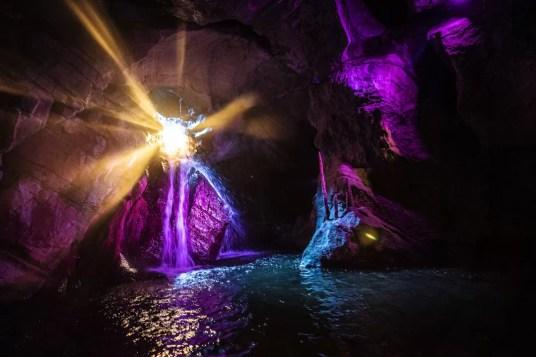 Kamperen in Viroinval - Grottes de Neptune lichtshow