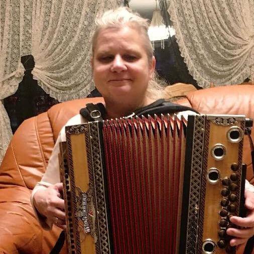Zu sehen ist Sabine strahlend mit ihrer Ziehharmonika.
