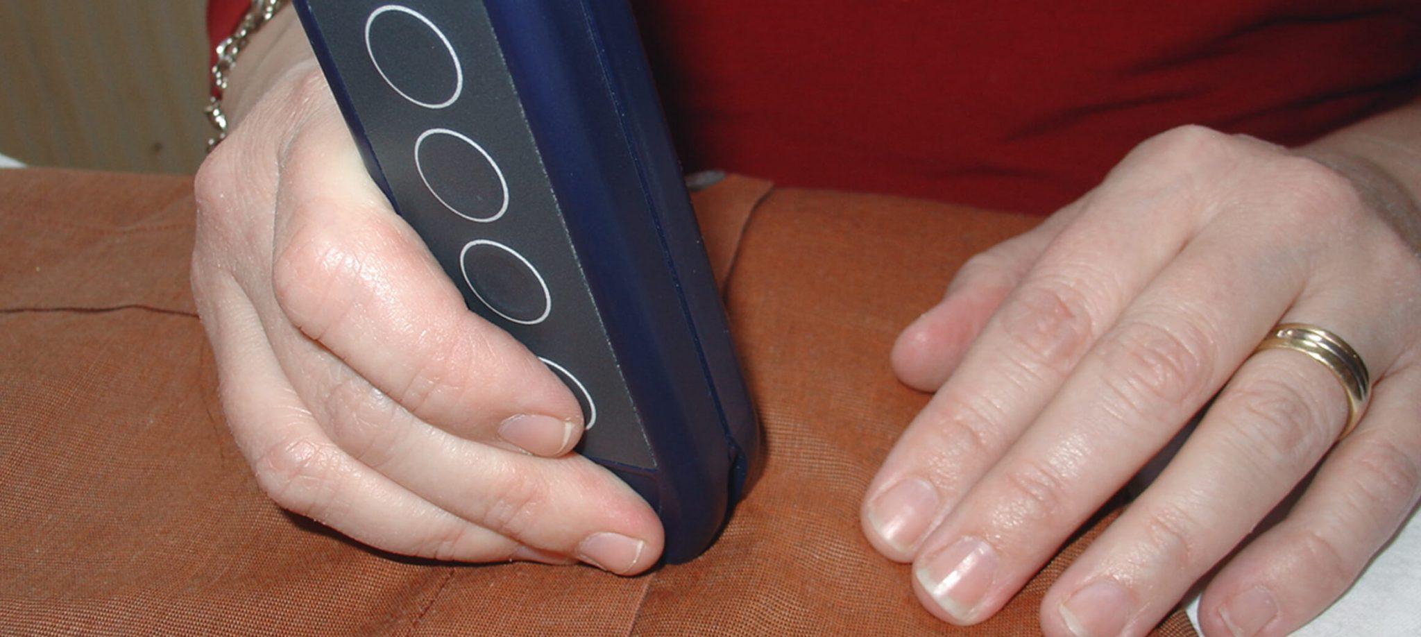 Das Farberkennungsgerät wird auf ein oranges Hemd gerichtet.