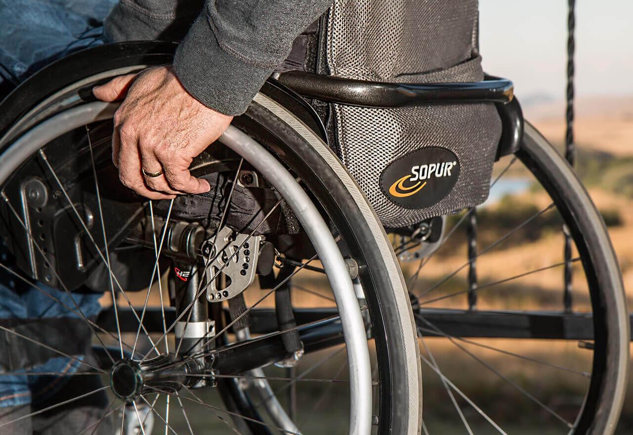 Eine Person die im Rollstuhl sitzt