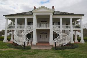 Evergreen Plantation by John Cummings via Wikimedia Commons.