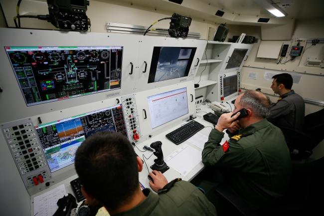 Dalaman Deniz Hava Üs Komutanlığı'nda konuşlu İHA, yer istasyonundaki ekip tarafından kontrol edildi. (Kaynak: AA)