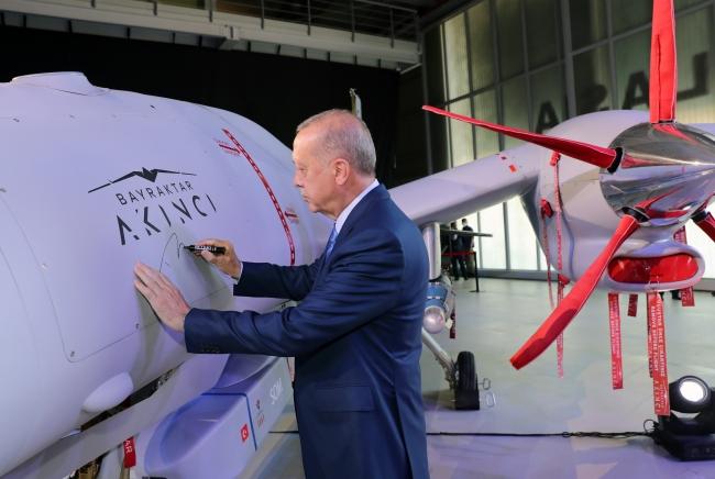 Fotoğraf: AA | Cumhurbaşkanı Erdoğan iki Akıncı TİHA'yı imzaladı.