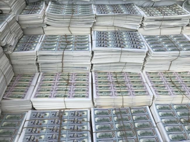 Ele geçirilen sahte dolarlar Merkez Bankası'na gönderilerek imha ediliyor. Fotoğraf: AA