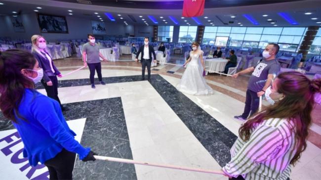 Yeni dönemde düğün salonlarındaki halay ve diğer oyunlar da tedbirlere göre yapılacak. Foto: DHA
