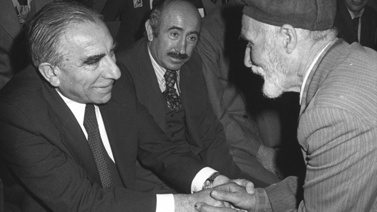 MHP Genel Başkanı Türkeş (solda), 14 Nisan 1979`da Tokat`ta yurttaşlarla görüştü. (Arşiv)