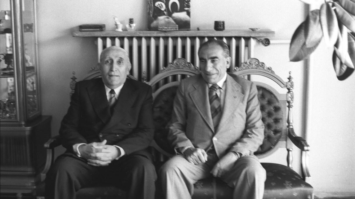 MHP Genel Başkanı Alparslan Türkeş (sağda), 6 Temmuz 1977`de Osman Bölükbaşı (solda) ile görüştü. (Arşiv)