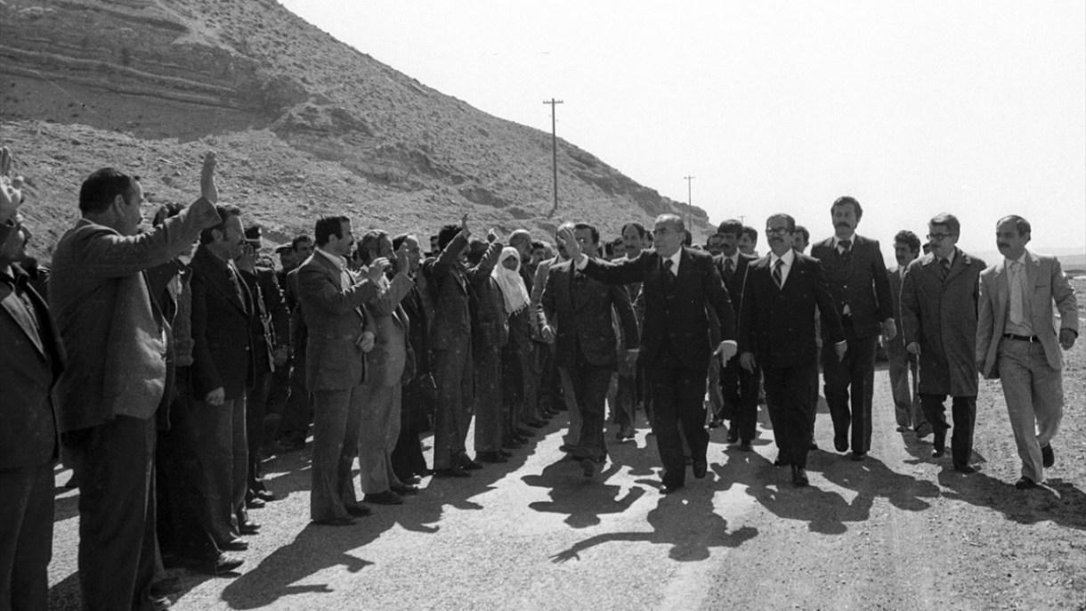 MHP Genel Başkanı Türkeş, 25 Nisan 1979`da Çankırı`ya gelişinde partililer tarafından karşılandı. (Arşiv)