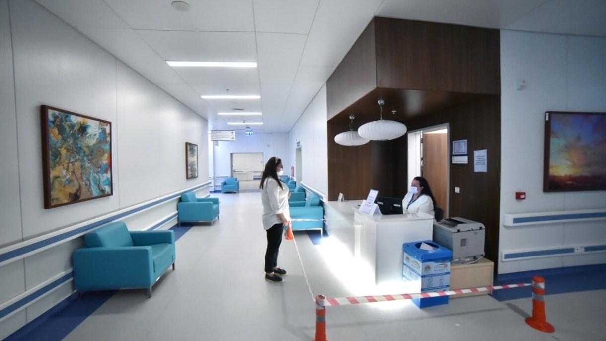 Tedavi sürecinde hem sağlık çalışanlarının fedakarca mücadelesi hem de hastanelerin fiziki altyapı ve teknolojik donanımları, salgınının yayılımının önüne geçti.