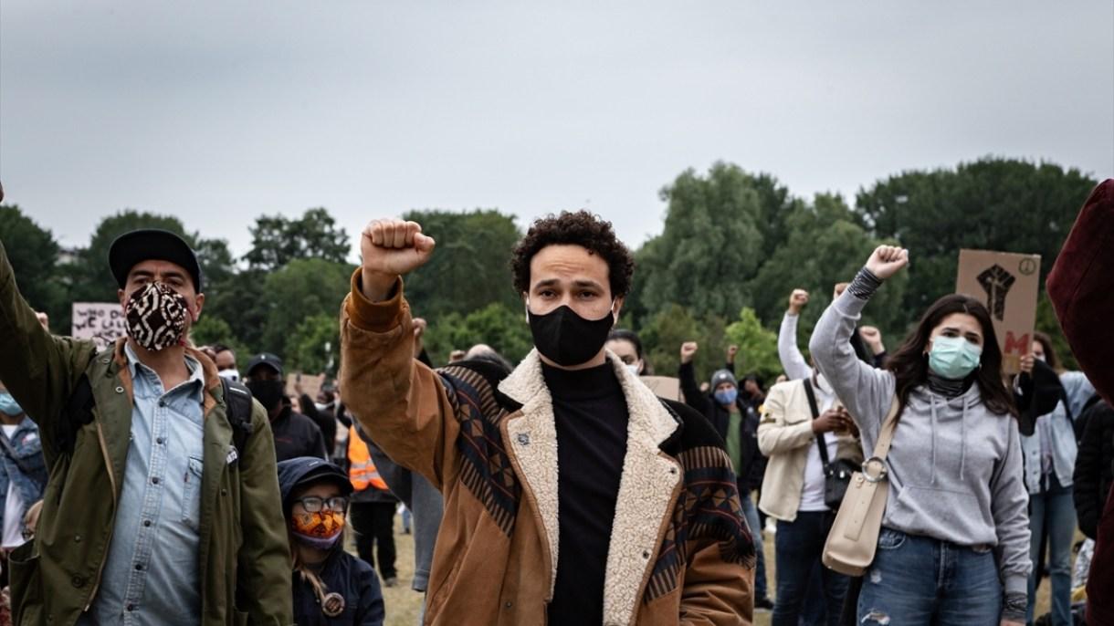 Çok sayıda Hollandalının yanı sıra farklı etnik kökenden eylemcilerin katıldığı gösteride, Irkçılığa, ayrımcılığa ve İslamofobiye hayır mesajı verildi.