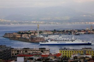 Messina_porto_traghetto_navigazione_alto