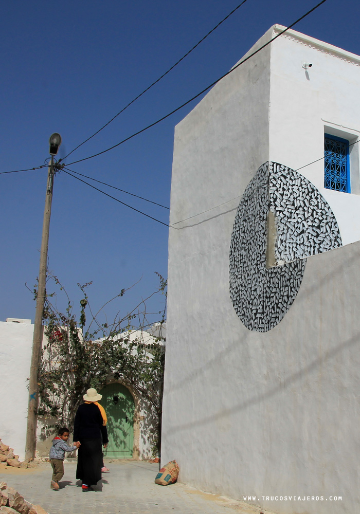 round calligraphic street art Tunisia