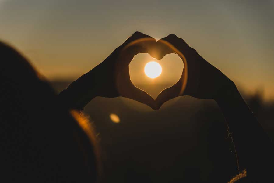 trucs-de-blogueuse-coeur-soleil-mains