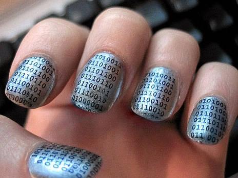 Naglar med binärkod till en #GeekGirl