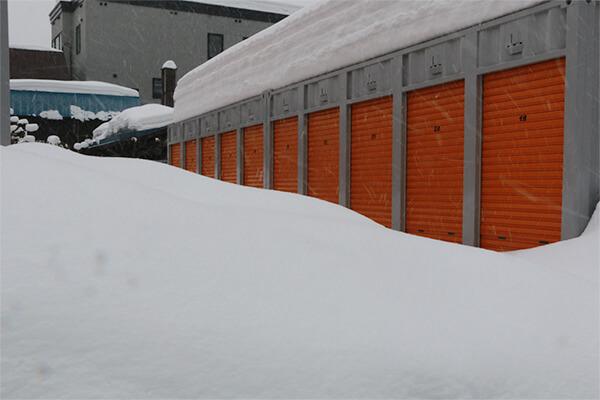 札幌の屋外コンテナは雪で埋もれている