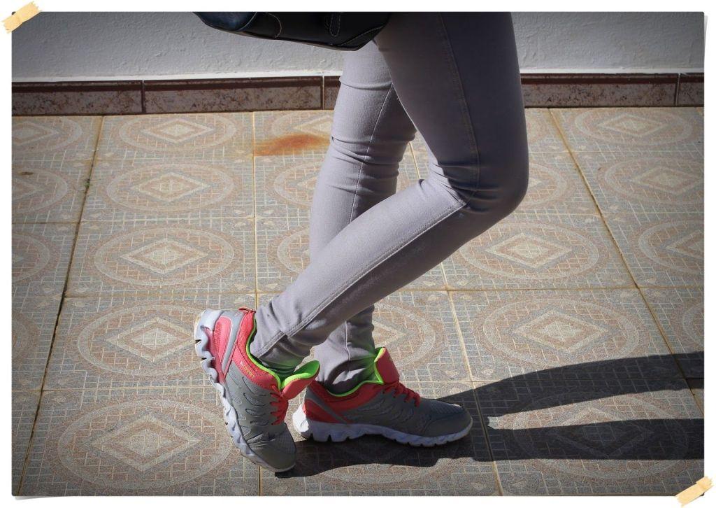 outfit con zapatillas de deporte