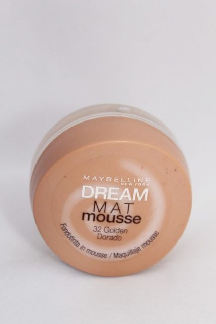 Dream mat mousse de Maybelline en el tono 32 Golden dorado