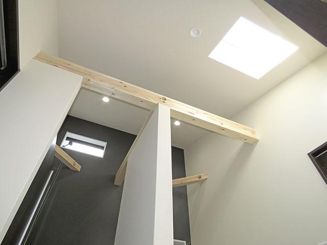 天窓の設置で玄関も明るく♪アクセントクロスと見せ梁がおしゃれ!