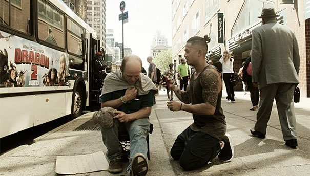 21. this barber spends his sundays giving free haircuts to homeless people.