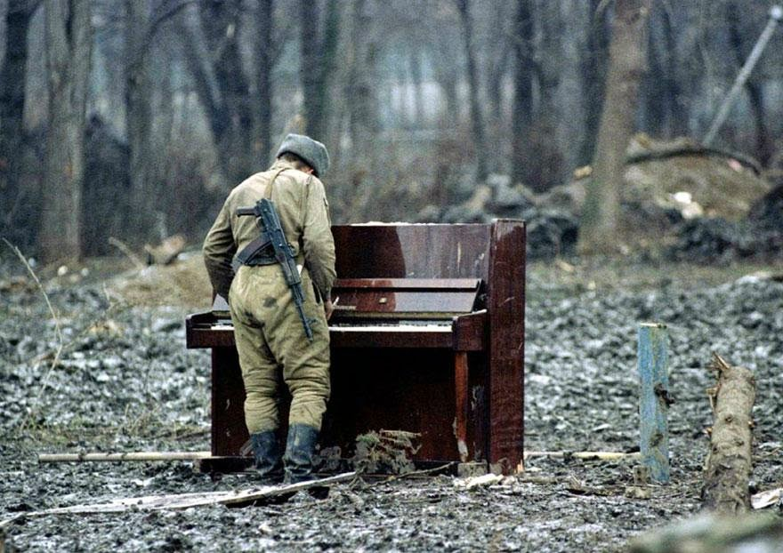 30 of the most powerful images of all time - A Russian soldier playing an abandoned piano in Chechnya in 1994