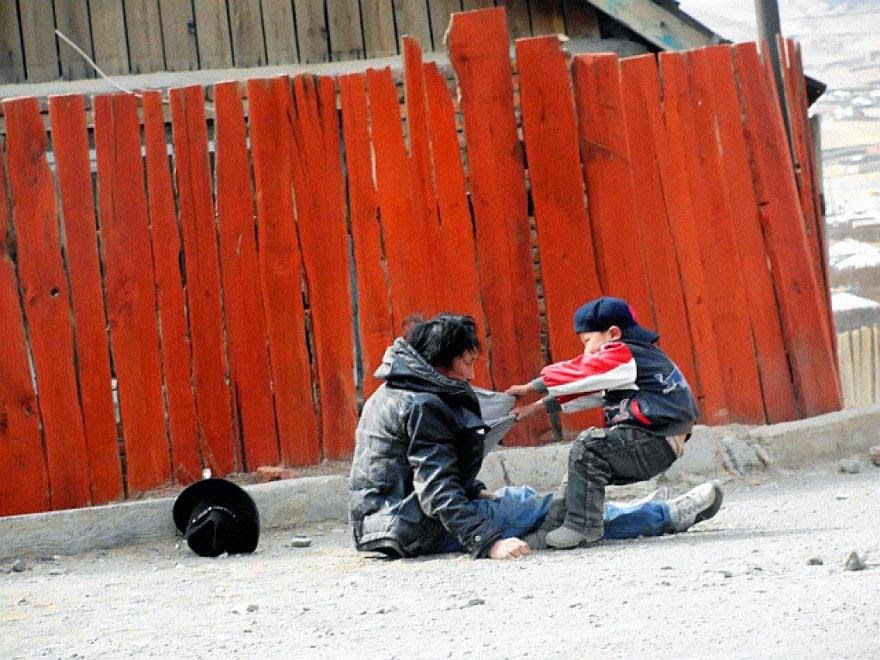 30 of the most powerful images of all time - Alcoholic father with his son