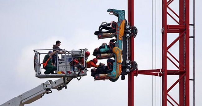 25. Well now you have an image to show those people who swear that roller coasters are safe.25. Well now you have an image to show those people who swear that roller coasters are safe.