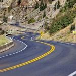 Hur ska man köra på en svängig väg?