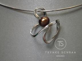 Zilveren twist hanger met zoetwaterparel