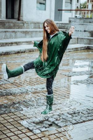 Heerlijk en zorgeloos de regen in met de jas van tanta rainwear en de laarzen van Batela - Fashion voor dames en heren